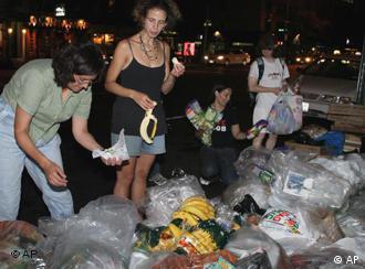 Menschen sammeln Müll aus dem Container(9.6.2006/AP)