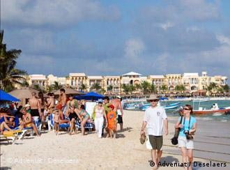 Weißer Strand im mexikanischen Touristenort Cancun