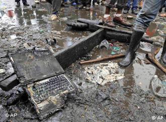Wrackteile der abgestürzten Maschine liegen herum. (15.4.2008, Quelle: AP)