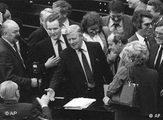 Helmut Schmidt (Mitte) stellte die Vertrauensfrage
