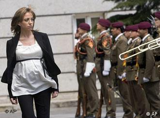 Pregnant Carme Chacon reviews troops in Madrid