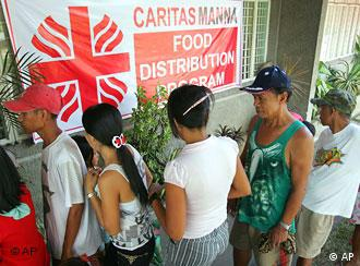 Hungry Filipinos queue up for rice