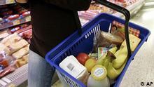 ** ARCHIV ** Eine junge Frau kauft am 14. September 2007 Lebensmittel in einem Supermarkt in Duesseldorf. Die Verbraucherpreise in Deutschland sind 2007 um 2,2 Prozent gestiegen, das war die hoechste Jahresteuerungsrate seit 1994. Wie das Statistische Bundesamt am Mittwoch, 16. Januar 2008, mitteilte, sind dafuer neben der Erhoehung der Mehrwert- und Versicherungssteuer zu Beginn des Jahres vor allem die Energiepreise mit einem Plus von 3,9 Prozent verantwortlich. Bei den Energieprodukten zog der Strompreis am staerksten an, und zwar um 6,8 Prozent, Mineraloelprodukte verteuerten sich 2007 gegenueber 2006 im Schnitt um 3,0 Prozent. Der deutliche Anstieg ueber die Zwei-Prozent-Marke sei seit der zweiten Jahreshaelfte durch Preiserhoehungen bei Nahrungsmitteln gepraegt, teilte das Statistische Bundesamt weiter mit. Dort gab es ein Plus von 3,1 Prozent im Jahresmittel. (AP Photo/Frank Augstein) ** zu APD7621 **