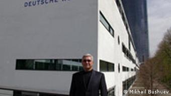 Нурмухамед Ханамов у здания Deutsche Welle