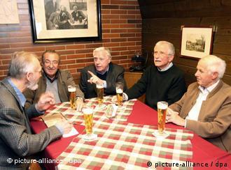 Пожилые люди за столом в ресторане