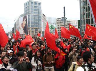 以大学生为主的华人在柏林抗议