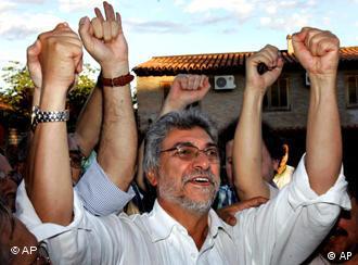 Fernando Lugo, el obispo de los pobres, celebra la victoria