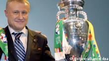 ARCHIV - Der Präsident der Ukrainischen Fußballföderation, Grigori Surkis, steht neben dem EM-Pokal nach der Vergabe der Fußball-Europameisterschaft 2012 an Polen und die Ukraine in Cardiff (Archivfoto vom 18.04.2007). Unter den Organisatoren der Fußball-EM 2012 in der Ukraine macht sich fünf Monate nach dem Jubel über den Zuschlag durch die Europäische Fußball-Union (UEFA) Missstimmung breit. Obwohl noch fünf Jahre Zeit sind, wachsen die Zweifel, ob das Land die Euro 2012 ausrichten kann. Der Präsident der Ukrainischen Fußballföderation, Grigori Surkis, tut sich schwer mit Optimismus für sein Land und Polen. Foto: Andy Rain (zu dpa-Korr.: Nur noch fünf Jahre bis zur Fußball-EM: Ukrainer bekommen kalte Füße vom 18.09.2007) +++(c) dpa - Bildfunk+++