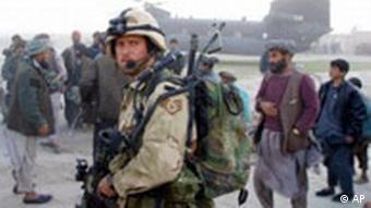Bewaffneter Soldat einer amerikanischen Spezialeinheit auf afghanischem Boden