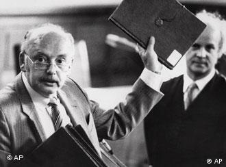 Der Fälscher Konrad Kujau, zeigt am 29. August 1984 während Prozesses in Hamburg eines der gefaelschten Hitler-Tagebücher.(29.8.1984, Quelle: AP)