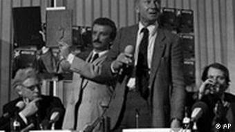 Stern-Chefredakteur bei der legendären Pressekonferenz in Hamburg (25.4.1983, Quelle: AP)