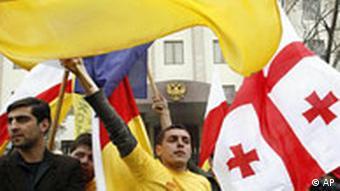 Gürcüler, Osetya'nın bağımsızlığını destekleyen Rusya'yı elçilik binası önünde protesto etmişti