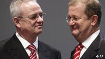 VW-Vorstandvorsitzender Martin Winterkorn, links, und Porsche-Chef Wendelin Wiedeking bei der Hauptversammlung von Volkswagen im April
