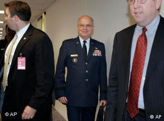 Der CIA-Direktor Michael Hayden verläßt eine Sitzung (24.4.2008, Quelle: AP)