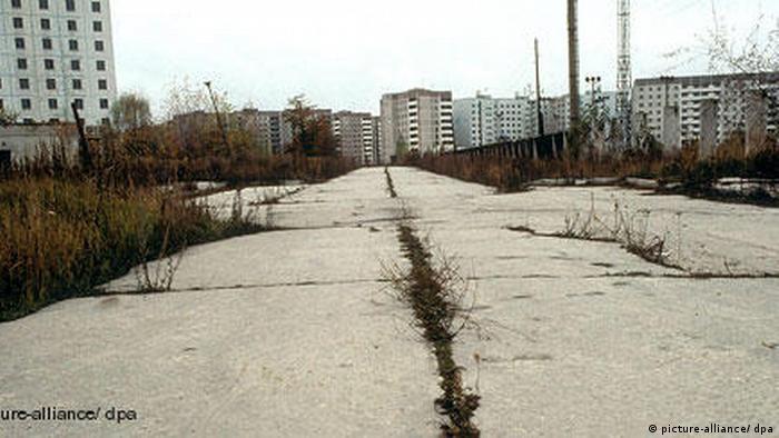 پس از فاجعه نیروگاه اتمی چرنوبیل در شوروی سابق، مناطق وسیعی اطراف این نیروگاه که اکنون بخشی از اوکراین و بلاروس است، به دلیل تشعشعات رادیواکتیو خالی از سکنهاند. بیش از ۳۵۰ هزار نفر خانه و زندگی خود را ترک کردند. روستاهای اطراف مرز اوکراین به کل متروکه شدند.