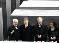 Memorial foi inaugurado em 2005 na presença do arquiteto (à esquerda)
