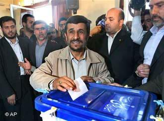 محمود احمدی نژاد هنگام رایدادن در آخرین انتخابات مجلس