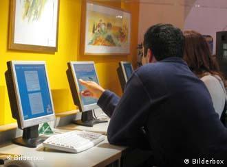 Посетители интернет-кафе заботают за компьютерами