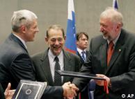 Ο Σέρβος πρόεδρος Μπόρις Τάντιτς και ο Σλοβένος ΥπΕξ. Ντιμίτρι Ρούπελ κατά την υπογραφή της συμφωνίας στο Λουξεμβούργο