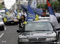 Οπαδοί του φυλοδυτικού Δημοκρατικού Κόμματος πανηγυρίζουν στο Βελιγράδι