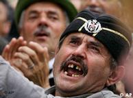 Οπαδοί του εθνικιστικού κόμματος  του Τόμισλαβ Νίκολιτς αντιδρούν στην υπογραφή της συμφωνίας