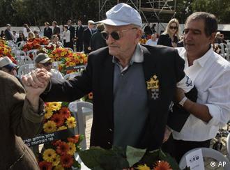 Der Holocaust-Überlebende Mordehai Fux bei der Zeremonie in der Gedenkstätte Jad Vashem, Quelle: AP