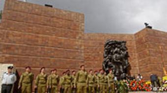 Israelische Soldaten vor Jad Vashem, Quelle: AP