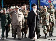آیتالله خامنهای، رهبر جمهوری اسلامی در میان سران نظامی