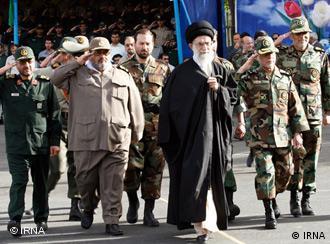 فرماندهان نظامی در اطراف آیتالله خامنهای