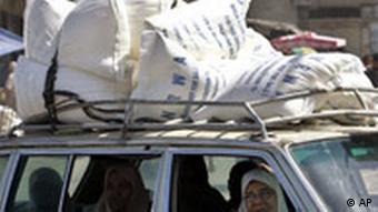 Palästinenser transportieren Mehl