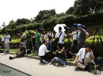 """5月4日,中国与达赖喇嘛代表""""接触""""时,记者们在深圳麒麟山庄外等待"""