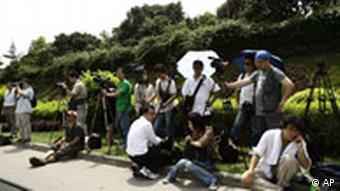Reporter warten während Gesprächen zwischen China und Tibet