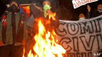 Studenten verbrennen Reifen (Quelle: AP)