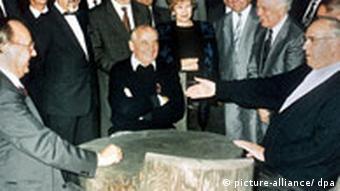 Entspannte Runde: Hans-Dietrich Genscher, Michail Gorbatschow und Helmut Kohl im Kaukasus. (Foto:dpa)