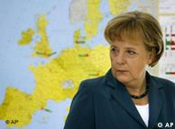 La canciller alemana frente al mapa de Europa en una escuela berlinesa.
