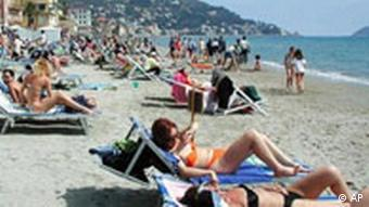 Touristen am Strand in Italien