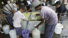 Birma Myanmar Bewohner füllen Wasser in Tanks