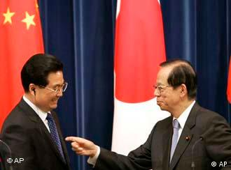 Chinese President Hu Jintao, left, and Japanese Prime Minister Yasuo Fukuda after holding a joint press conference in Tokyo