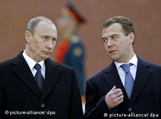 Russian President Dmitry Medvedev (R) speaks with his predecessor Vladimir Putin (L) during a ceremony of placing a wreath of flowers at the Tomb of Unknown Soldier in Moscow, Russia, 08 May 2008, marking the sixty third anniversary of the victory over the Nazi Germany in the WWII in Moscow, Russia. Today the Russia's State Duma considers Putin's candidacy for prime minister. EPA/DMITRY ASTAKHOV RIA NOVOSTI/KREMLIN +++(c) dpa - Bildfunk+++