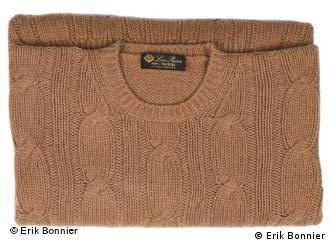 Macys Frauen ziehen einen Pullover aus