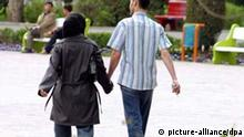 Junges Paar in Teheran Laleh Park im Iran.jpg An Iranian couple walk at Laleh park in Tehran, Iran on March 31, 2005. Iran is the youngest country in the world but there is lack of hobbies. The slow reform of Iranian reformist President Mohammad Khatami, gave more freedom to the youth in the last years as boys and girls can walk in the streets side by side, go to the coffeeshops, parks and mountains together but his eight years term of presidency is going to end in a few months as the presidential electios will be held on July 2005 in Iran. Foto: Farzaneh Khademian +++(c) dpa - Report+++