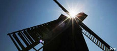 Ein Kind versucht am Montag, 12. Mai 2008, im thueringischen Schillingstedt beim 15. Deutschen Muehlentag den Fluegel einer Bockwindmuehle zu erreichen. An dem traditionellen Muehlentag am Pfingstmontag beteiligen sich bundesweit die Besitzer von rund 1.000 Wasser- und Windmuehlen. Besucher koennen sich ueber Mehl, Mueller und Muehlen informieren. (AP Photo/Jens Meyer) -- A child reaches out for a windmill's wing during the 15th German Mills Day in Schillingstedt, Germany, on Monday, May 12, 2008. About 1,000 water and wind mills open nationwide their doors for thousands of guests. (AP Photo/Jens Meyer)