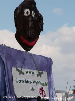 Plakat s natpisom Pravedna trgovina u svijetu, iznad njega glava crnca