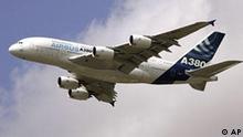 ** ARCHIV ** Ein Airbus A380 am 17. Juni 2007 ueber Le Bourget bei Paris. Der Airbus-Mutterkonzern EADS wird jaehrlich weniger Flugzeuge vom Typ des Superjumbos A380 bauen als geplant. Der Flugzeughersteller teilte am Dienstag, 13. Mai 2008, in Paris mit, dass in diesem Jahr nur 12 statt der geplanten 13 Grossraumflugzeuge an Kunden ausgeliefert werden koennen. (AP Photo/Francois Mori) ----** FILE ** The new Airbus A380 super jumbo jet performs a demonstration flight, on the first day of the 47th Paris Air Show in Le Bourget, North of Paris, Monday June 18, 2007. (AP Photo/Francois Mori)