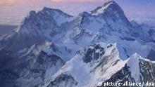 Ein Bergsteiger bei Sonnenaufgang vor dem Aufstieg zum Gipfel, im Hintergrund der fünfthöchste Berg der Welt, der Makalu, aufgenommen am 24.09.2004. Mangelnde Vorbereitung und die Überschätzung der eigenen körperlichen Möglichkeiten sind die Hauptursachen gesundheitlicher Schäden bei Bergsteigern, viele leiden wegen mangelnder Akklimatisierung unter den Folgen von Sauerstoffmangel. Ein extra eingerichtetes medizinisches Camp rettet leichtsinnige Bergsteiger notfalls mit dem Einsatz eines Hubschraubers. Foto: Nawang Sherpa
