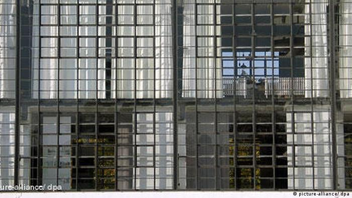 Facade of the Bauhaus workshop building up close (picture-alliance/ dpa)