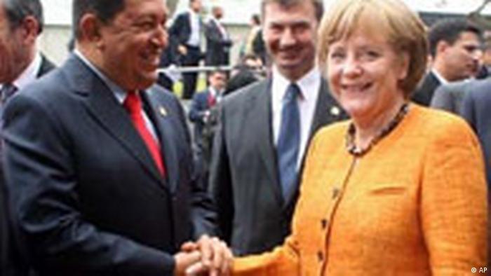 Hugo Chávez y Angela Merkel, durante la cumbre UE-LAC en Lima, en 2008.