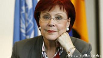 Die ehemalige Entwicklungsministerin Heidemarie Wieczorek-Zeul stützt ihren Kopf auf einer Hand ab. (Foto: Rainer Jensen dpa / lbn)