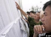 资料图片:汶川地震后的一个失踪者名单