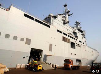 Marineschiff wird beladen (Quelle: ap)